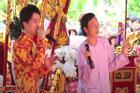 Hoài Linh nhún nhảy khi hát cùng con trai nuôi tại lễ giỗ Tổ nghề