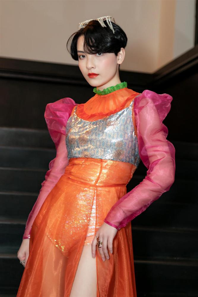 SAO MẶC XẤU: Nhã Phương mặc váy quê mùa sến sẩm - Sulli lộ nội y cùng vòng 1 xập xệ-4