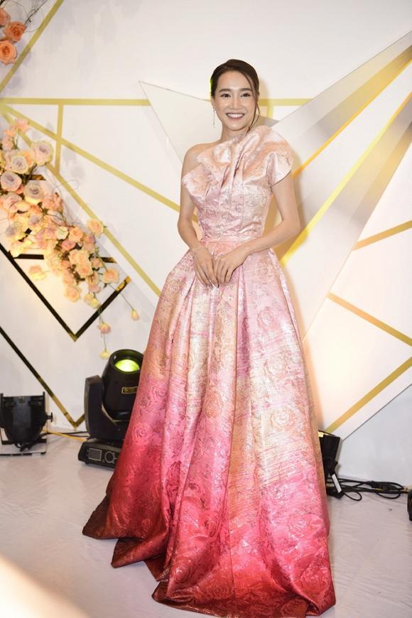 SAO MẶC XẤU: Nhã Phương mặc váy quê mùa sến sẩm - Sulli lộ nội y cùng vòng 1 xập xệ-1