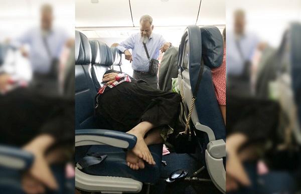 Bức ảnh người chồng đứng liền 6 tiếng đồng hồ trên máy bay để vợ mình ngủ khiến cư dân mạng tranh cãi, liệu đây có phải là tình yêu thực sự?-1