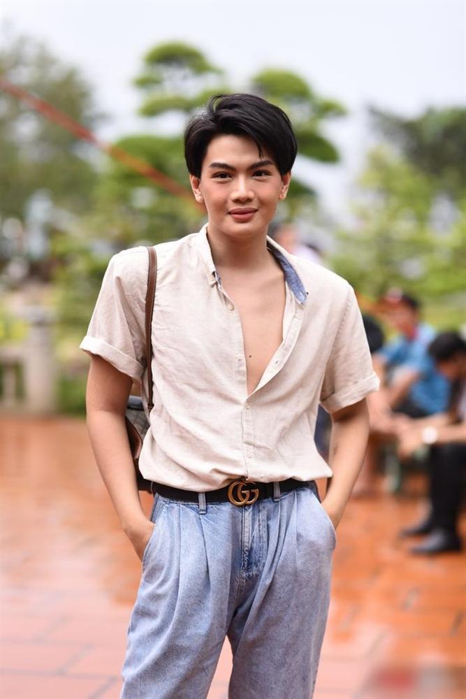 Đào Bá Lộc bị chỉ trích gắt gao vì phanh cúc áo, khoe ngực khi đi cúng Tổ nghề-1