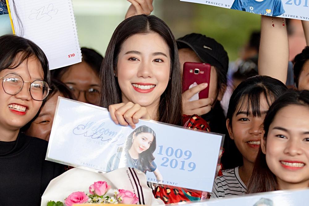 Jun Vũ trổ tài nói tiếng Thái, làm phiên dịch cho Esther Supreeleela-1