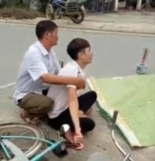 Chồng khóc bên thi thể vợ đang mang thai bị xe cán tử vong ở Hòa Bình-2