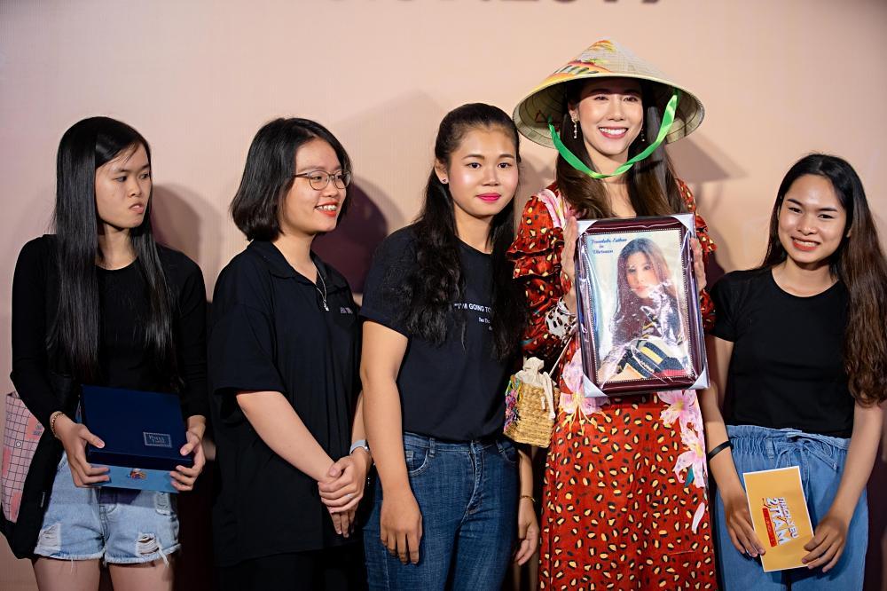 Jun Vũ trổ tài nói tiếng Thái, làm phiên dịch cho Esther Supreeleela-5