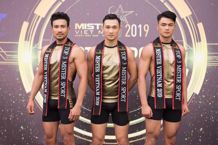 Khánh Ngân lại là tiêu điểm vì vòng eo bánh mì, gương mặt tròn xoe tại thử thách thể thao ở Mister Việt Nam-1