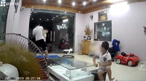 Vụ nhân viên kho bạc Nhà nước tát vợ túi bụi trước mặt 2 con nhỏ: Chị Hương đã được đưa đi giám định và bị thủng màng nhĩ-1