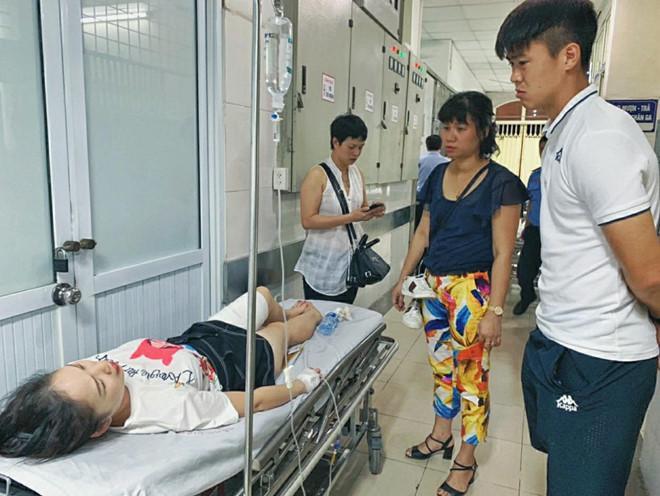 Hành động đẹp của Duy Mạnh chiếm spotlight khi chứng kiến CĐV bị thương trên khán đài trận Hà Nội - Nam Định-1