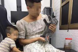Anh chồng xung phong mặc váy của vợ để... cho mèo ăn, dân mạng vào bình luận 'tái mặt'