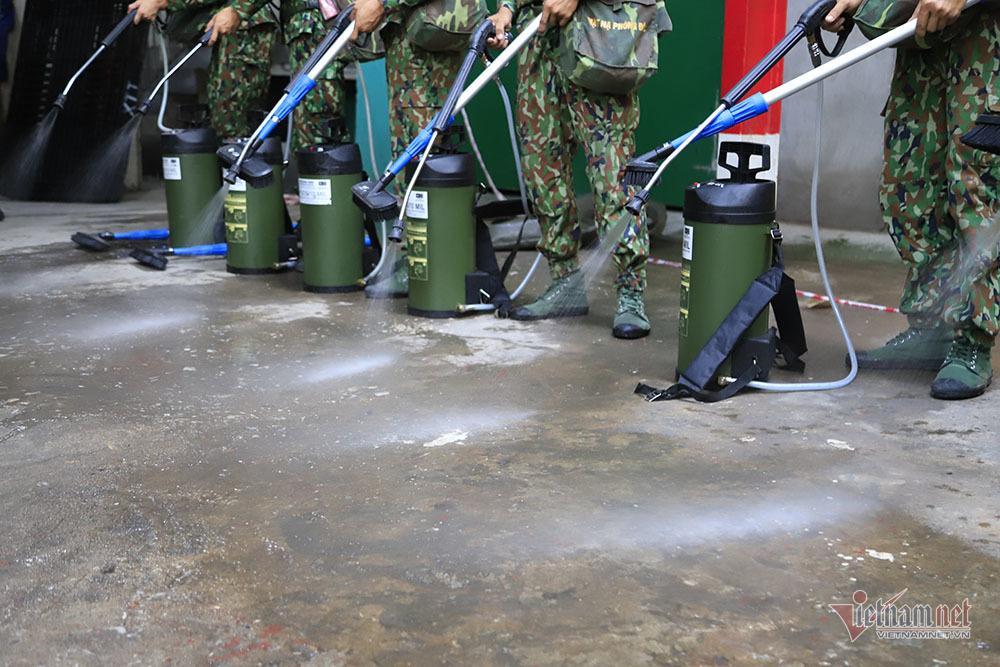 Rùng mình kho hàng Rạng Đông lần đầu tiết lộ, binh sĩ kín mít tẩy độc-11