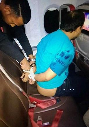 Quan hệ tình dục trong nhà vệ sinh và những trò lố trên máy bay-5