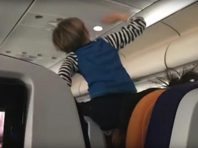 Quan hệ tình dục trong nhà vệ sinh và những trò lố trên máy bay-9