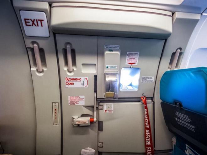 Quan hệ tình dục trong nhà vệ sinh và những trò lố trên máy bay-12