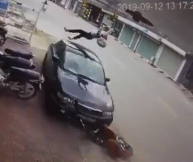 Clip: Kinh hoàng trước khoảnh khắc nữ sinh đi xe đạp điện ngược chiều bị ô tô hất lên không trung-1