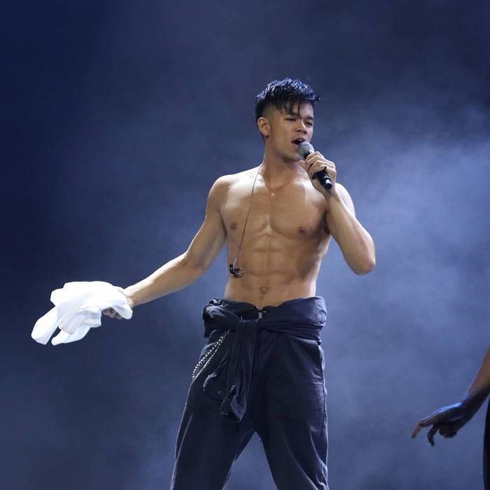Trọng Hiếu rách toang quần vì biểu diễn quá sung trên sân khấu-1
