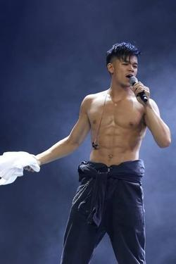 Trọng Hiếu rách toang quần vì biểu diễn quá sung trên sân khấu