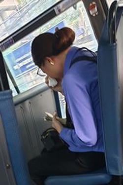Nam thanh niên đi xe buýt 'quên' mua vé, nữ phụ xe ở Sài Gòn khóc nức nở vì bị đình chỉ