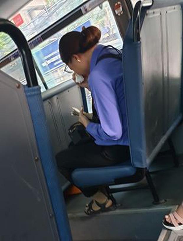 Nam thanh niên đi xe buýt quên mua vé, nữ phụ xe ở Sài Gòn khóc nức nở vì bị đình chỉ-2