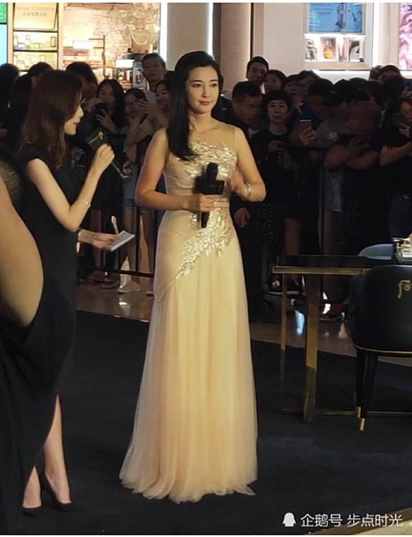 VZN News: Chẳng cần photoshop, U50 Lý Băng Băng đẹp không góc chết qua loạt ảnh cam thường-3