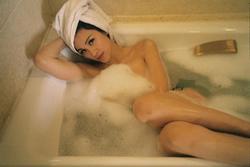 Bà bầu Phương Mai khoe ảnh tắm bồn sexy 'nghẹt thở'
