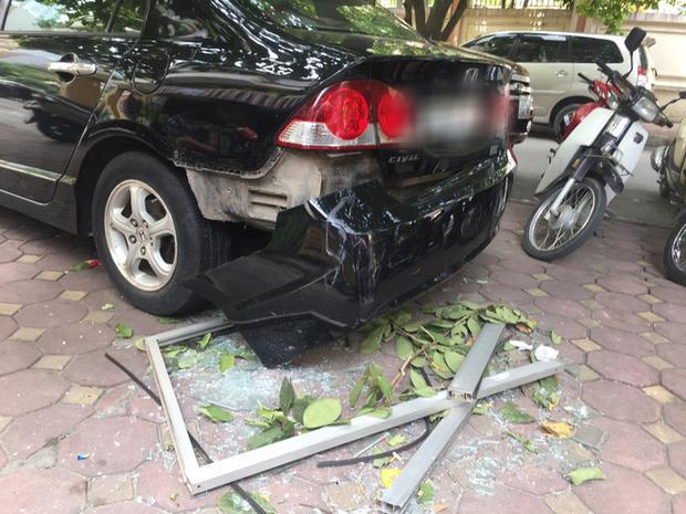 Hà Nội: Cửa kính chung cư bất ngờ rơi xuống đất làm hỏng xe ô tô, nhiều người ngồi trà đá may mắn thoát nạn-1