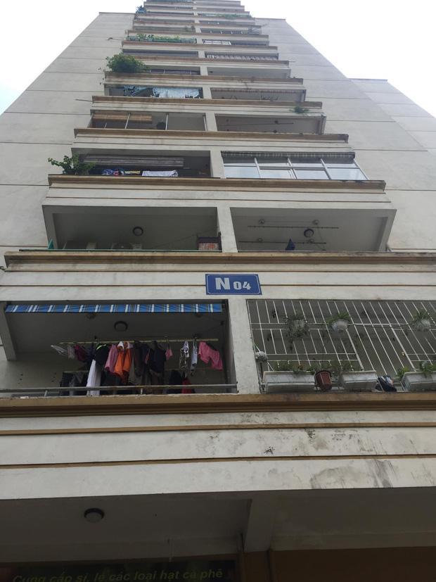 Hà Nội: Cửa kính chung cư bất ngờ rơi xuống đất làm hỏng xe ô tô, nhiều người ngồi trà đá may mắn thoát nạn-2