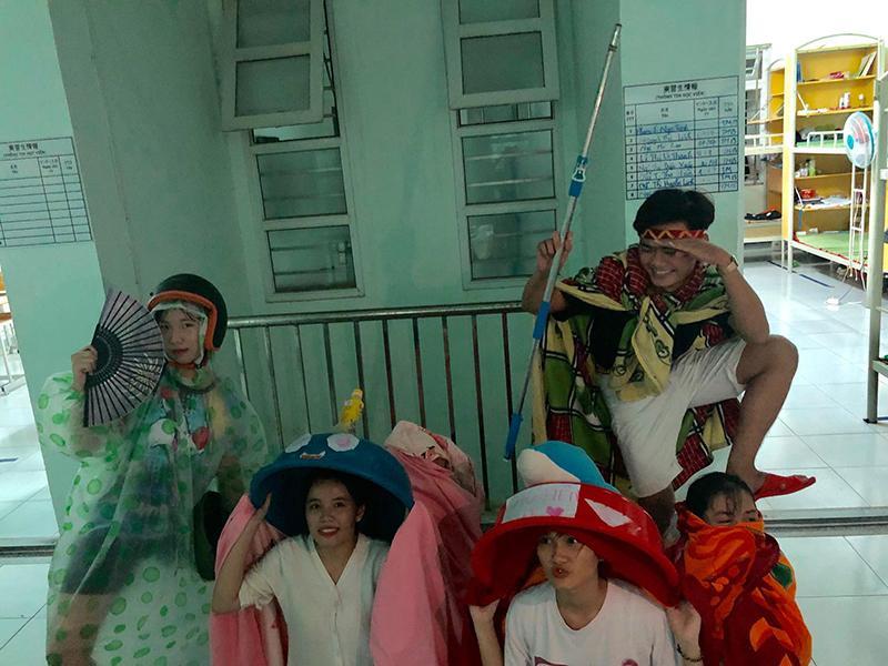 Múa lân phiên bản sinh viên siêu tiết kiệm: Lấy thau, mền, áo mưa, mũ bảo hiểm quẩy tưng bừng kí túc xá-1