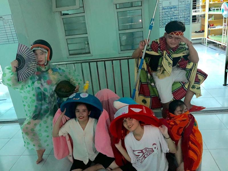 Múa lân phiên bản sinh viên siêu tiết kiệm: Lấy thau, mền, áo mưa, mũ bảo hiểm quẩy tưng bừng kí túc xá-3