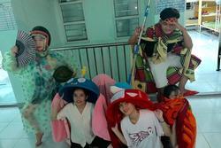 Múa lân phiên bản sinh viên 'siêu tiết kiệm': Lấy thau, mền, áo mưa, mũ bảo hiểm 'quẩy' tưng bừng kí túc xá