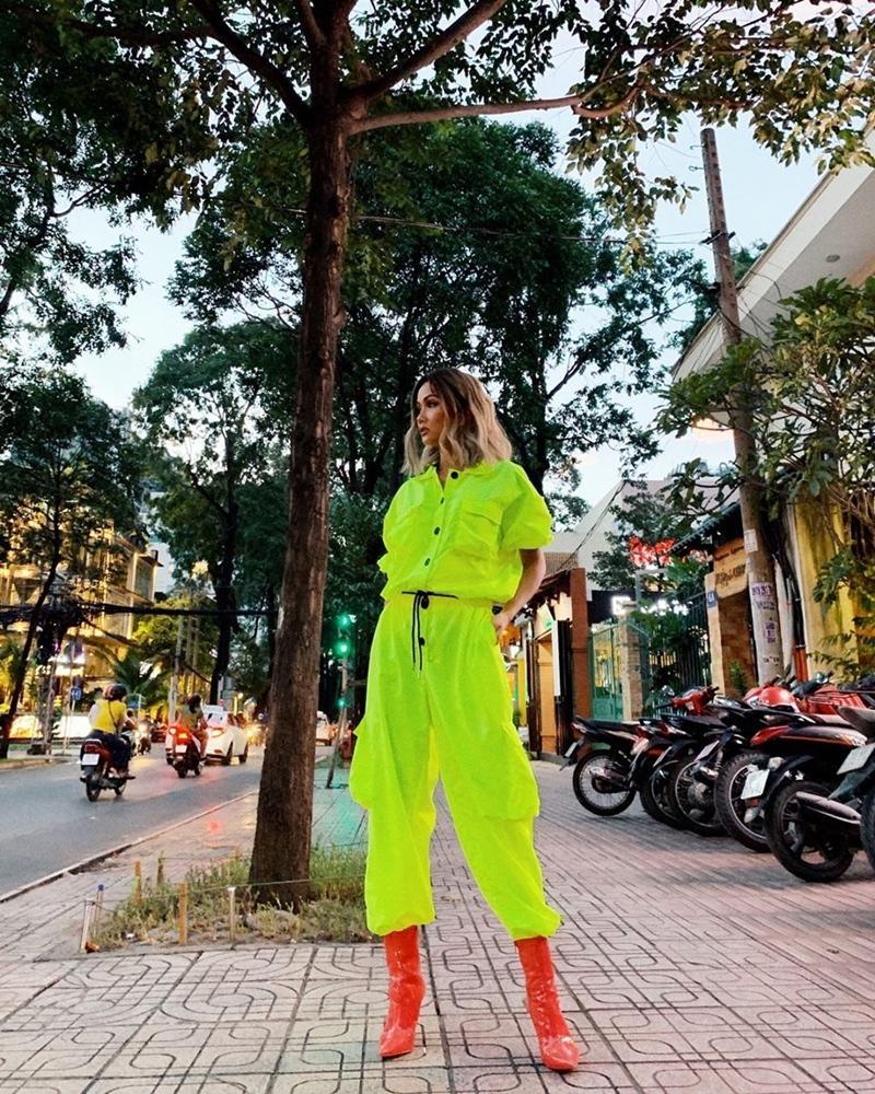 HHen Niê khoe street style mà ngỡ tưởng đèn dạ quang phát sáng-5