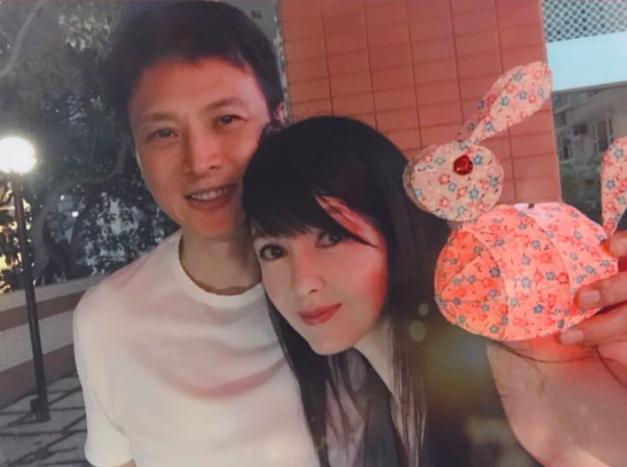 VZN News: Châu Huệ Mẫn đăng ảnh chơi trung thu cùng chồng, chẳng ai biết người đẹp đã 52 tuổi!-1