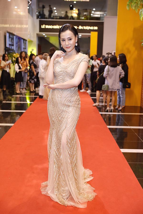 VZN News: SAO MẶC ĐẸP: Chi Pu - Minh Tú - Thanh Hằng đọ sắc trong những gam màu nóng bỏng tay-6