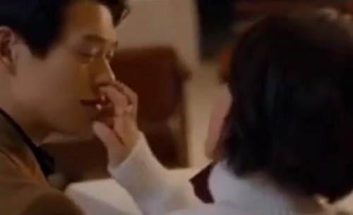 VZN News: Dương Tử bị chỉ trích mất vệ sinh khi nghiện thọc thẳng 2 ngón tay vào lỗ mũi bạn diễn-6