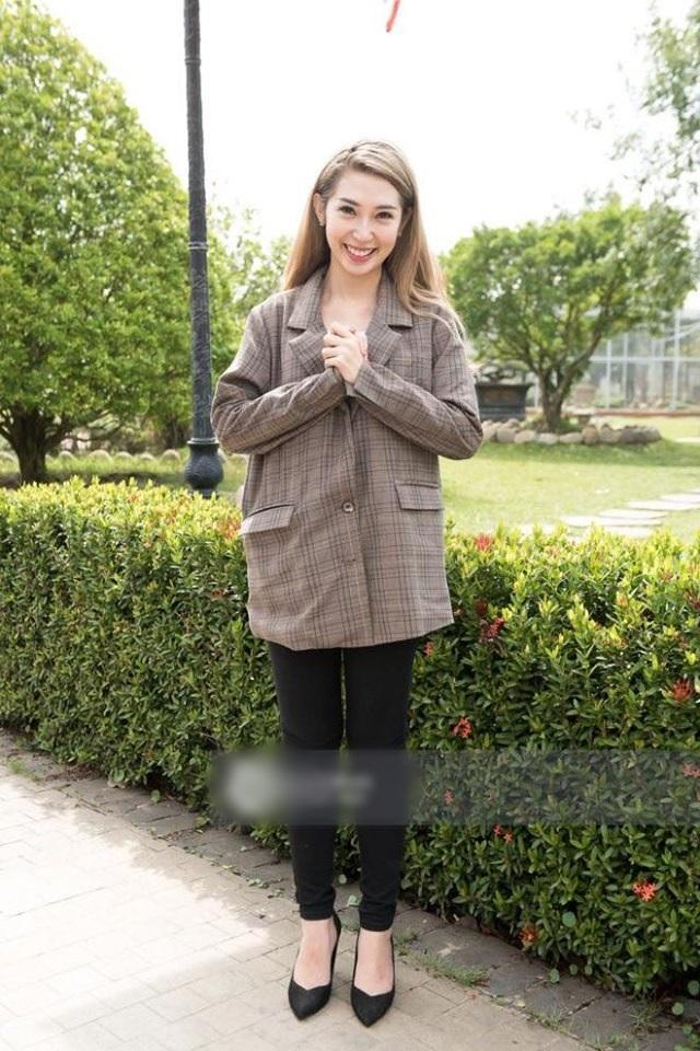 VZN News: SAO MẶC XẤU: Khả Như mặc áo bà ba xuyên thấu lộ nội y - Hồ Ngọc Hà quê mùa vì đôi tất lạc quẻ-3