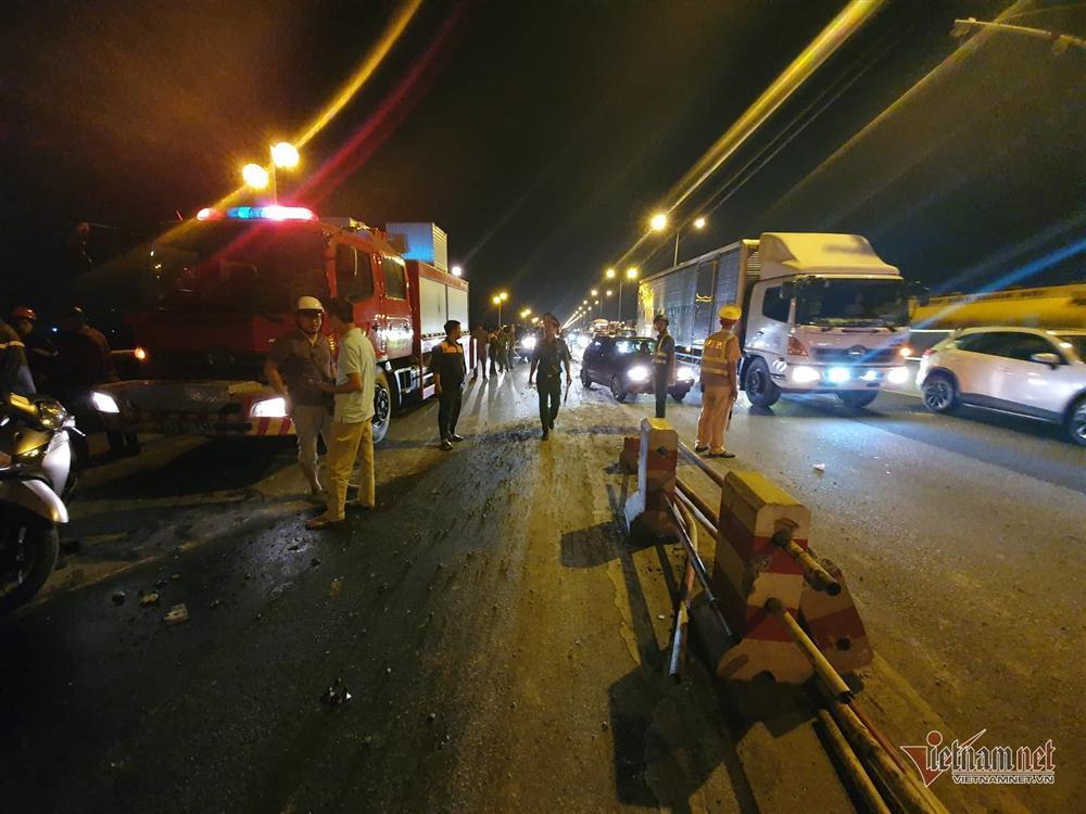 Xe container húc nhiều người và xe máy trên cầu Thanh Trì xuống sông-2