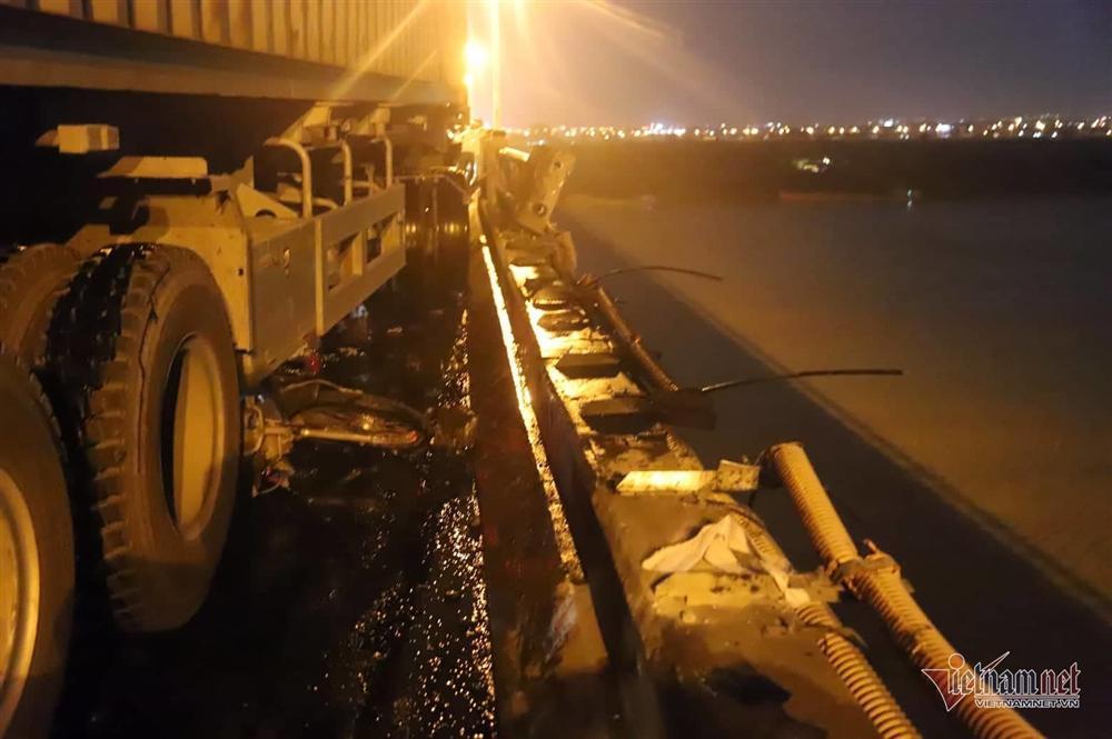 Xe container húc nhiều người và xe máy trên cầu Thanh Trì xuống sông-3