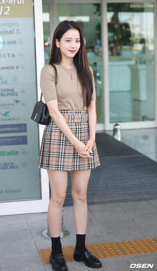 Jisoo BlackPink bị soi đôi chân gân guốc khi lên đường tham dự London Fashion Week 2019-5