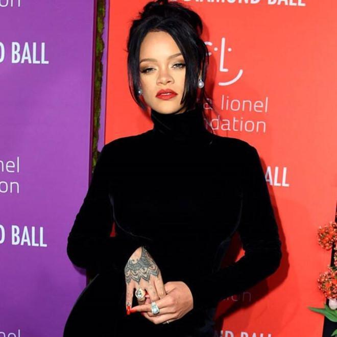 Rihanna bị dìm dáng khi diện váy lồng bàn ôm sát cơ thể-2
