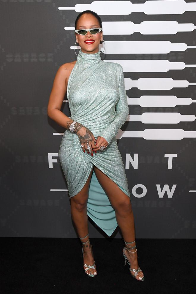 Rihanna bị dìm dáng khi diện váy lồng bàn ôm sát cơ thể-3