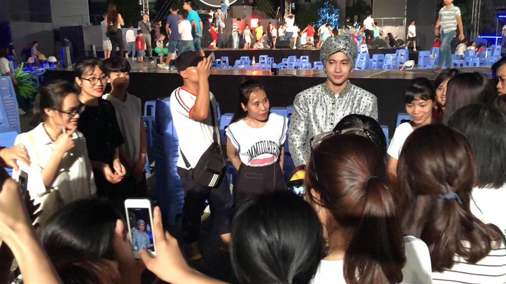 VZN News: S.T Sơn Thạch diễn xong không về, rủ fans làm điều ý nghĩa đêm rằm tháng 8-1