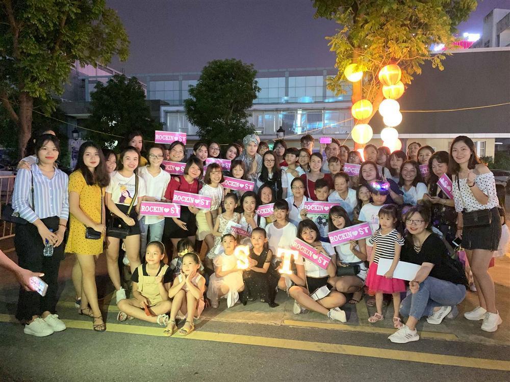 VZN News: S.T Sơn Thạch diễn xong không về, rủ fans làm điều ý nghĩa đêm rằm tháng 8-6