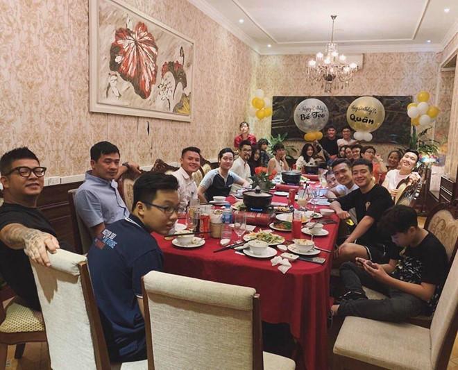 VZN News: Giữa tin đồn chia tay, Văn Hậu và bạn gái cùng đi chơi với hội bạn-1