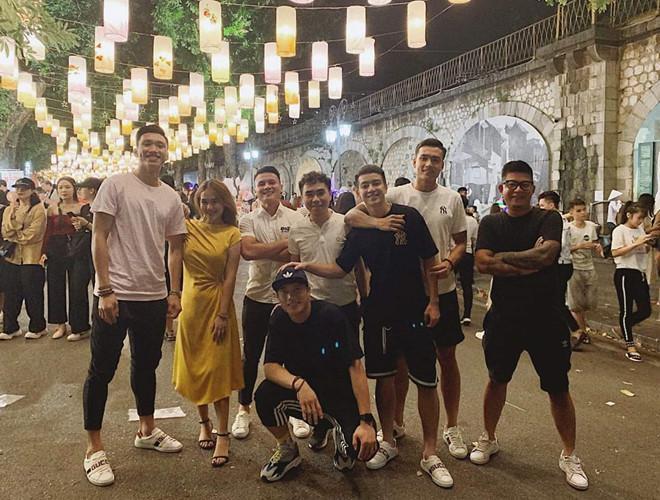 VZN News: Giữa tin đồn chia tay, Văn Hậu và bạn gái cùng đi chơi với hội bạn-2