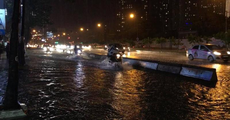 Mưa lớn, nhiều tuyến đường ngập nặng khiến xe ùn ứ-2