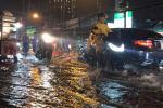 Mưa lớn, nhiều tuyến đường ngập nặng khiến xe ùn ứ