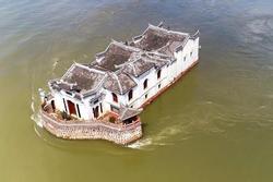 Ngôi đền 700 tuổi nổi giữa sông, du khách phải bơi đến tham quan