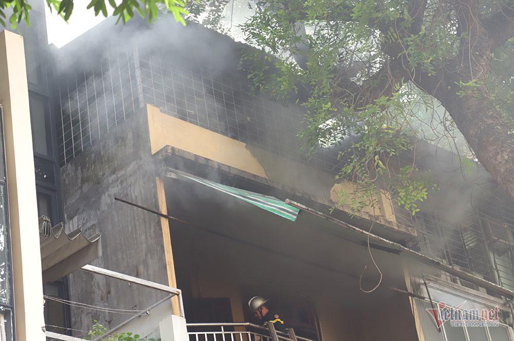 Phá cửa, bắc thang dập lửa cửa hàng nội thất 4 tầng phố Đê La Thành-3