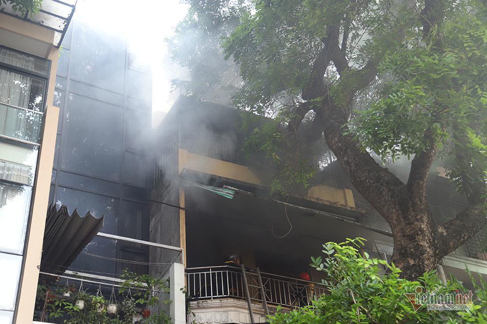 Phá cửa, bắc thang dập lửa cửa hàng nội thất 4 tầng phố Đê La Thành-2