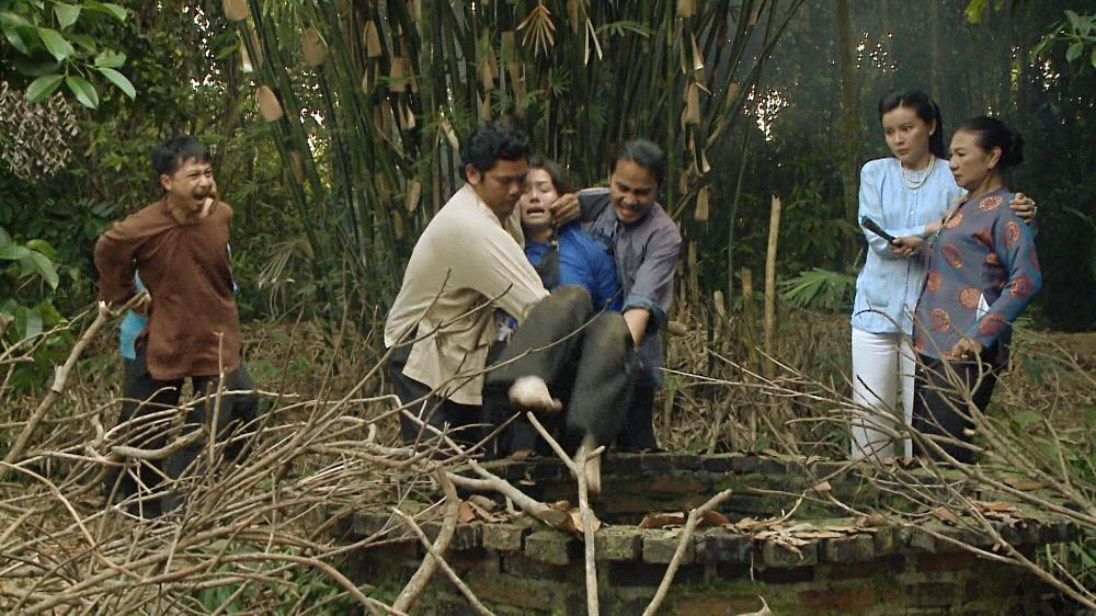 Nhật Kim Anh tố đạo diễn cột tạ vào chân, bắt ngâm mình 8 tiếng dưới nước-2