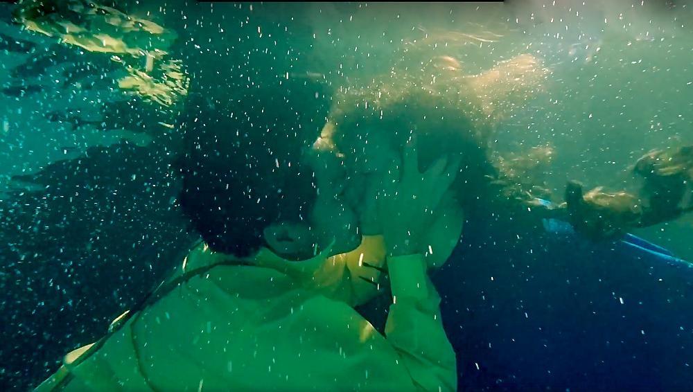 Nhật Kim Anh tố đạo diễn cột tạ vào chân, bắt ngâm mình 8 tiếng dưới nước-5