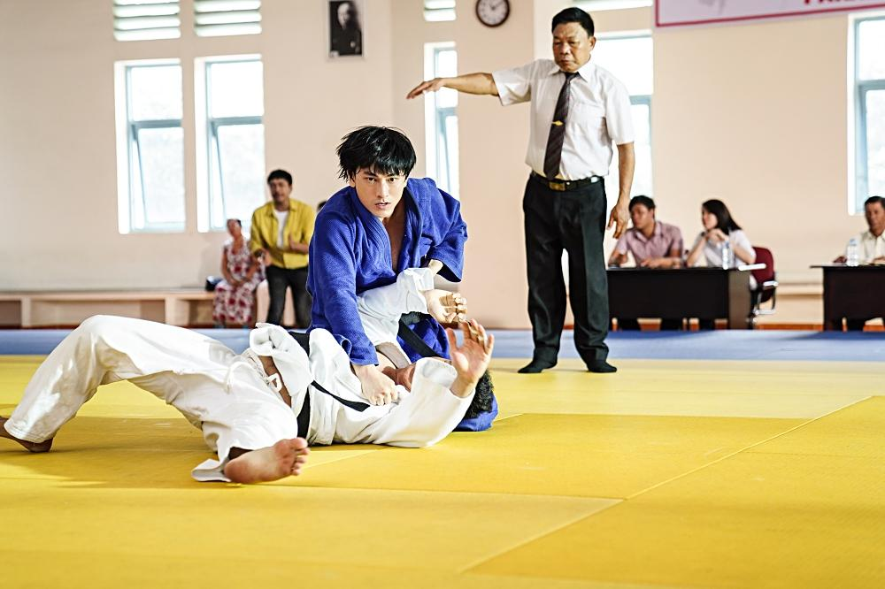 Quá nhập vai vận động viên Judo, Isaac khiến đoàn phim khiếp sợ vì gặp ai cũng muốn vật-1